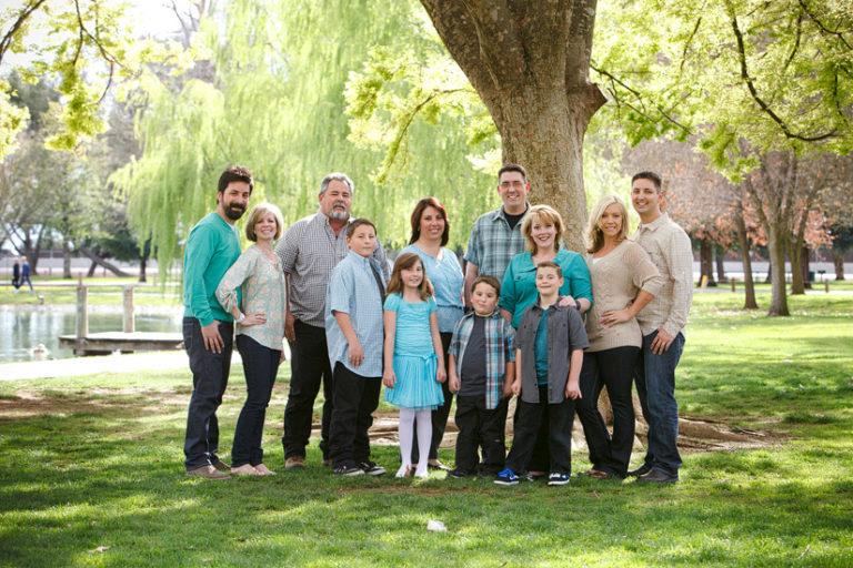 elk grove park, Hosmann family portrait photo of everyone under a oak tree